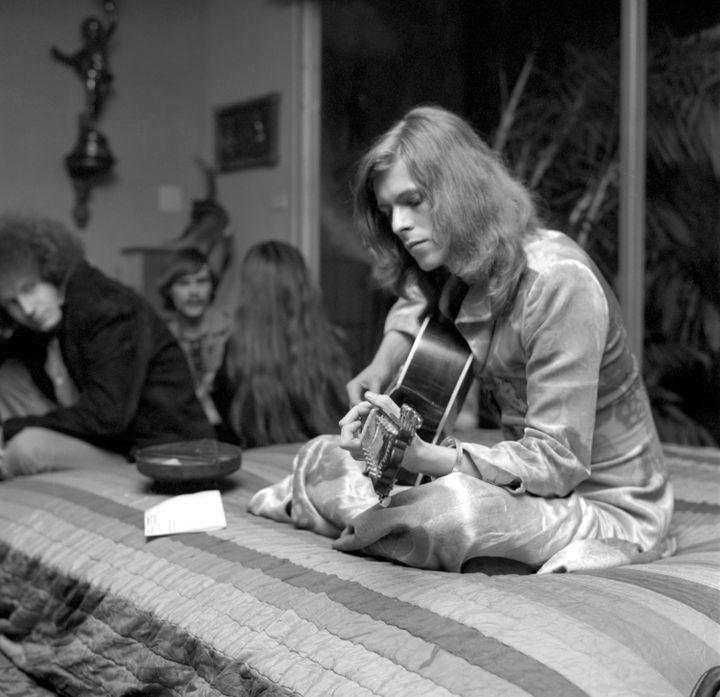 David Bowie en janvier 1971, lors d'une fête donnée chez l'avocat Paul Figen à Los Angeles (Californie, Etats-Unis). (EARL LEAF/ MICHAEL OCHS ARCHIVES / GETTY IMAGES)