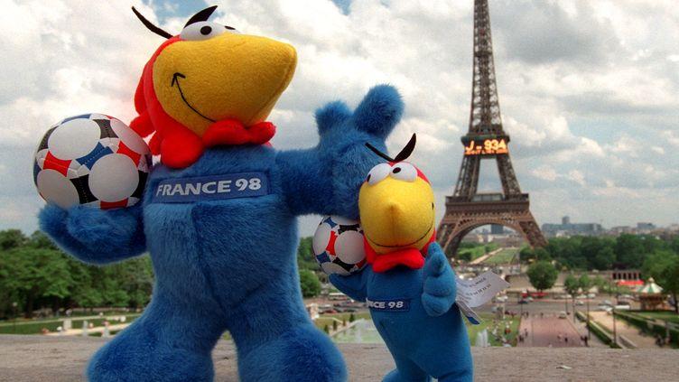 Deux peluches à l'effigie de Footix devant la tour Eiffel, le 11 juin 1997. (BERND WEISSBROD / DPA / AFP)