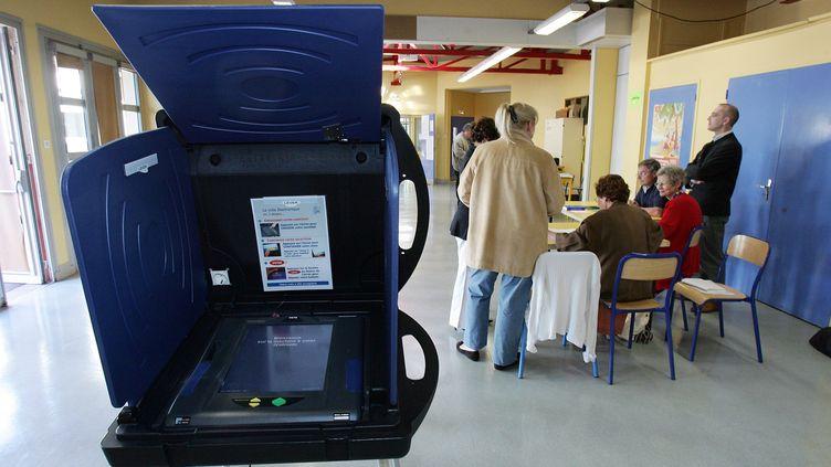 Une machine à voter à Issy-les-Moulineaux (Hauts-de-Seine), le 22 avril 2007, lors du premier tour de l'élection présidentielle. (PIERRE VERDY / AFP)