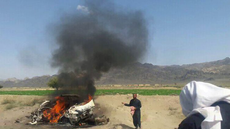 Un véhicule détruit par un raid américain au Pakistan, le 21 mai 2016, dans lequel se trouvait le mollah Mansour, chef des talibans. (AFP)