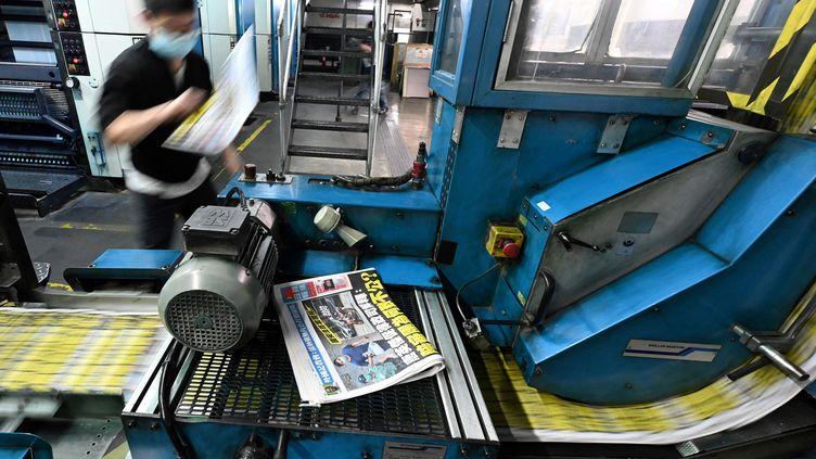 """L'impression du """"Apple Daily"""", journal pro démocratique du 11 mai 2021, à Hong Kong (PETER PARKS / AFP)"""