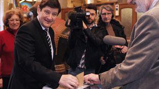 Le ministre de la Ville, de la Jeunesse et des Sports, Patrick Kanner, vote pour le premier tour des élections départementales, à Lille (Nord), le 22 mars 2015. (FRANCOIS LO PRESTI / AFP)