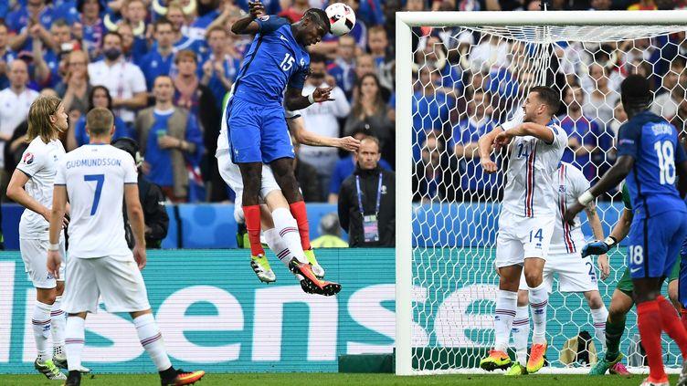 Paul Pogba marque de la tête sur corner, face à l'Islande, en quart de finale de l'Euro, le 3 juillet au stade de France. (FRANCK FIFE / AFP)