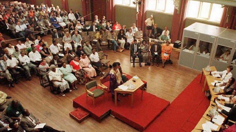 Un témoignage devant la commission Vérité et Réconciliation, chargée de juger les violations des droits de l'Homme commises sous le régime de l'apartheid, le 15 avril 1996 à East London, en Afrique du Sud. (POOL / AFP)