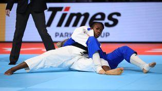La Française Clarisse Agbegnenou lors d'un combat de la Néerlandaise Juul Franssen, lors des Mondiaux de judo à Tokyo (Japon), le 28 août 2019. (ATSUSHI TAKETAZU / YOMIURI / AFP)