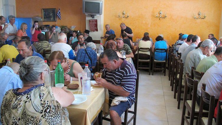 Des habitants viennent déjeuner dans une fondation orthodoxe qui distribue des repas gratuits à Athènes (Grèce), le 14 juillet 2015. (ARIANE NICOLAS / FRANCETV INFO)
