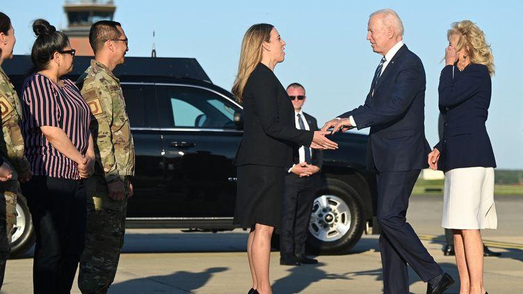 Le président américain Joe Biden et la première dame Jill Biden à leur arrivée au Royal Air Force Mildenhall au Royaume-Uni le 9 juin 2021 avant le début du sommet du G7. (BRENDAN SMIALOWSKI / AFP)