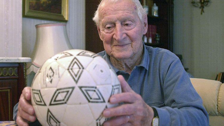 Lucien Laurent, premier buteur de l'histoire de la Coupe du monde, prend la pose à son domicile de Besançon (Doubs), le 22 mai 2002. (CYRIL VILLEMAIN / AFP)