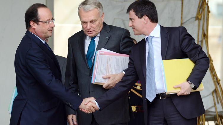 Le président de la République, François Hollande, le Premier ministre, Jean-Marc Ayrault, et le ministre de l'Intérieur, Manuel Valls, sur le perron de l'Elysée, à Paris, le 12 juin 2013. (ERIC FEFERBERG / AFP)