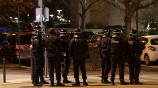 Des policiers à Villeneuve-la-Garenne dans les Hauts-de-Seine, le 20 avril 2020 (photo d'illustration). (GEOFFROY VAN DER HASSELT / AFP)