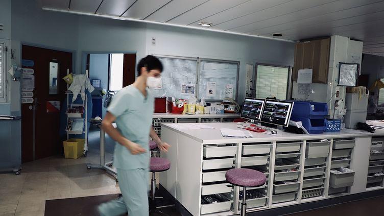 Le service de soins intensifs réservés aux malades du Covid-19, au sein de l'hôpital Saint-Anne, à Paris, le 10 avril 2020. (MERYL CURTAT / HANS LUCAS)