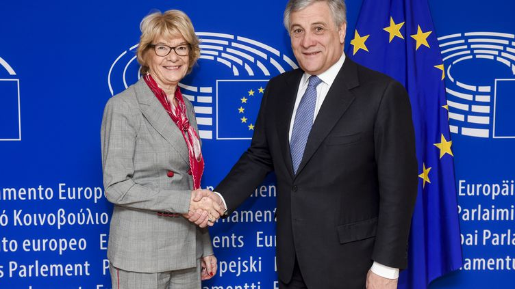 L'eurodéputée Elisabeth Morin-Chartier félicitée par Antonio Tajani, le nouveau Président du Parlement européen (© European Union 2017 - Source : EP)