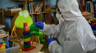 Un pompier français prélève un échantillon dans une école de Marseille pour contrôler la présence éventuelle du coronavirus, le 5 mai 2020. (CHRISTOPHE SIMON / AFP)