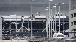 Les vitres de l'aéroport de Bruxelles-Zaventem n'ont pas résisté aux explosions, comme on peut le voir sur ce cliché du23 mars 2016. (YORICK JANSENS / BELGA / AFP)