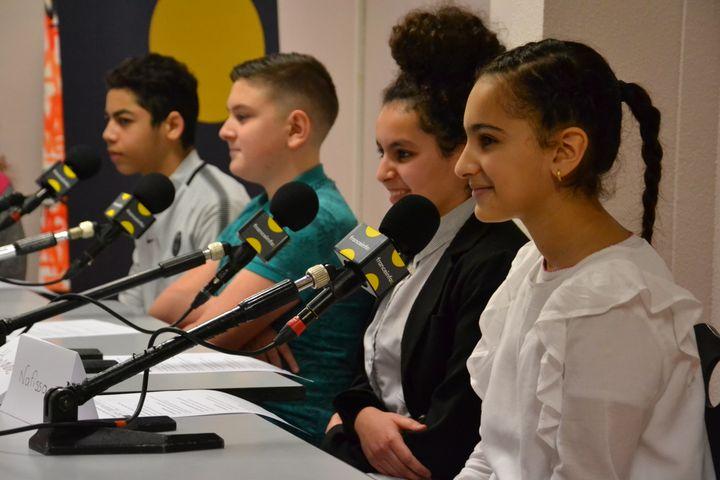 """Comme des pros, cesélèves d'une classe """"média"""" ont préparé leur intervention en amont puis avec la journaliste de franceinfo junior, Céline Asselot. (ESTELLE FAURE / FRANCEINFO - RADIOFRANCE)"""