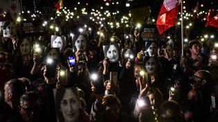 Des manifestants brandissent des photos deDaphne Caruana, le 29 novembre 2019 à La Valette (Malte). (AFP)