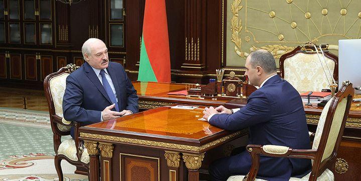 Le président de Biélorussie, Alexandre Loukachenko, et son fils Victor, président du Comité national olympique biélorusse, lors d'une réunion de travail le 4 mai 2021. (COMITE NATIONAL OLYMPIQUE BIELORUSSE)