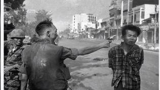 Un militaire vietnamien exécute un combattant communiste sous les yeux d'un photographe américain. (FRANCE 2)