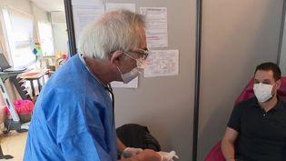 Dans l'Ouest, le personnel soignant se prépare à la vague de Covid-19 à venir pendant que les hôpitaux ne sont pas encore saturés. Reportage à Vannes (Morbihan). (FRANCE 2)