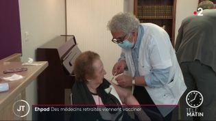 Un médecin retraité réalisant une vaccination dans un Ehpad. (France 2)