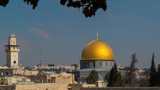 Une vue de la vieille ville de Jérusalem, avec ledôme du Rocher, troisième lieu saint musulman, et le mur des Lamentations, révéré par les juifs, le 17 novembre 2013. (MAXPPP)