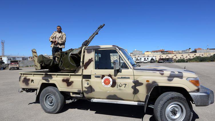 Uncombattant d'un groupe armé fidèle au gouvernement d'accord national de Fayez Al-Sarraj, soutenu par l'ONU, à Tripoli, le 8 avril 2019. (AFP)