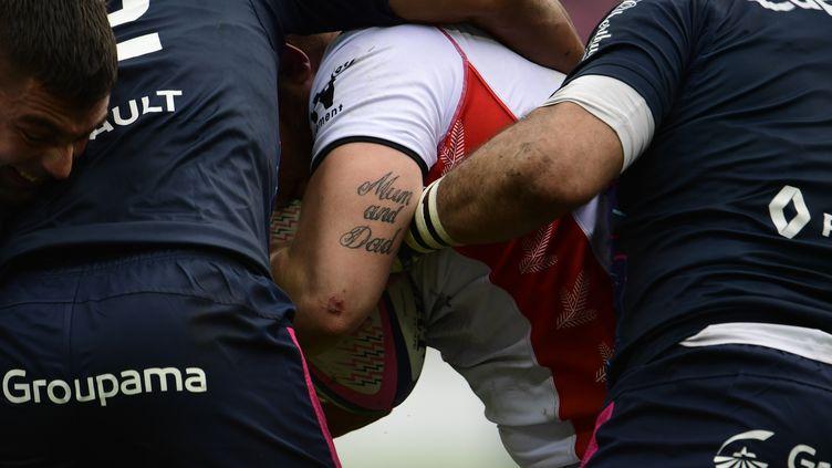 Tatouages de joueurs durant un match de rugby, le 19 novembre 2017, à Paris. (MARTIN BUREAU / AFP)