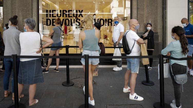 Une file d'attente devant un magasin à Nice (Alpes-Maritimes), le 23 mai 2020. (ARIE BOTBOL / HANS LUCAS / AFP)