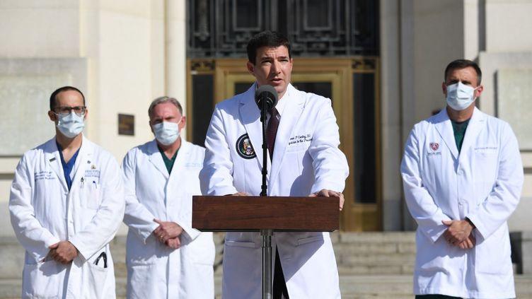 Le médecin de la Maison Blanche Sean Conley lors de sa conférence de presse, lundi 5 octobre 2020 au Walter Reed Medical Center de Bethesda (Maryland). (SAUL LOEB / AFP)