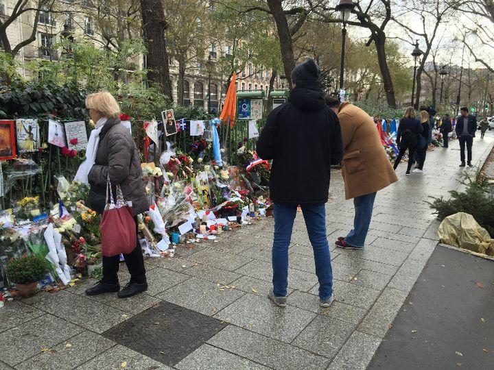 Des hommages sont déposés après les attentats du 13-Novembre, sur le boulevard Richard Lenoir, dans le 11e arrondissement à Paris. (SARAH GENSBURGER)