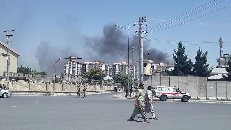 Un panache de fumée s'élève dans le ciel de Kaboul (Afghanistan), après un nouvel attentat, le 1er juillet 2019. (AFP)