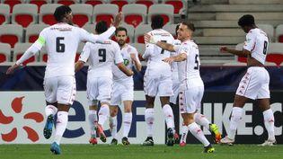 Les joueurs de l'AS Monaco heureux, le 8 mars 2021, après leur victoire sur la pelouse de Nice (Alpes-Maritimes). (VALERY HACHE / AFP)