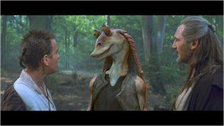 "Jar Jar Binks entre Ewan Mcgregor et Liam Neeson dans""Star Wars Episode 1, La menace fantôme""  (Twentieth Century Fox France )"
