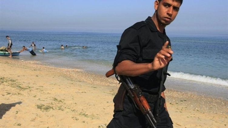 Un policier du Hamas patrouille sur la côte de Gaza, à Deir al-Balah (7 juin 2010) (AFP / Mohammed Abed)