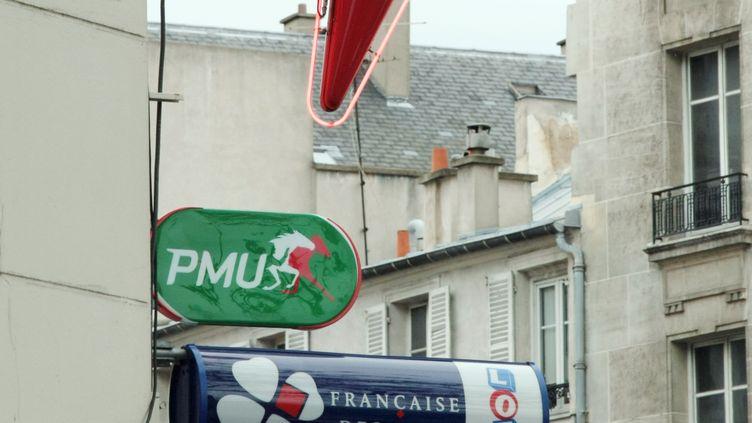 Des enseignes d'un bureau de tabac et de la Française des jeux photographiéesle 17 avril 2009, à Paris. (JACQUES DEMARTHON / AFP)