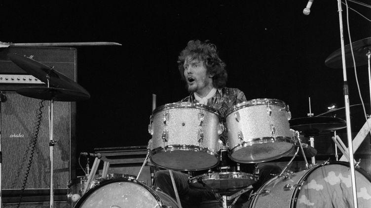 Ginger Baker, alors batteur du groupe Cream en 1967 sur la scène du Palais des Sports à Paris pour le Festival de pop music. (DANIEL LEFEVRE / INA)