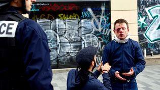 Laurent Theron, syndicaliste SUD blessé à l'œil, lors de la manifestation contre la loi Travail, place de la République, le 15 septembre 2016à Paris. (GREG SANDOVAL / AFP)