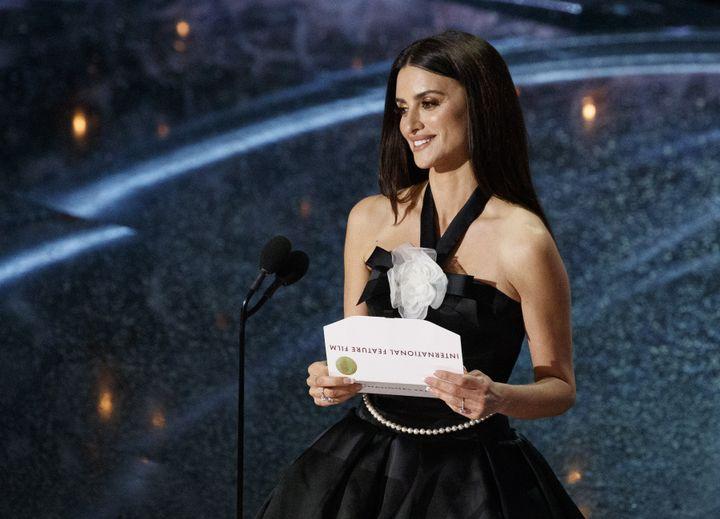Penelope Cruz en robe licou Chanel au corsage orné du camélia blanc de la maison.92e cérémonie des Oscars, dans la nuit du dimanche 9 au lundi 10 février à Los Angeles. (ARTURO HOLMES / WALT DISNEY TELEVISION)
