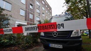 Une voiture de police stationne devant l'immeuble de Leipzig (Allemagne) où Jaber Albakr, un syrien soupçonné de projeter un attentat, a été arrêté le 10 octobre 2016. (HENDRIK SCHMIDT / DPA / AFP)