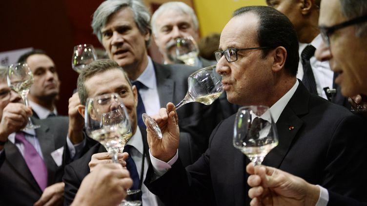 François Hollande déguste du vin au Salon de l'agriculture, le 21 février 2015 à Paris. (STEPHANE DE SAKUTIN / AFP)