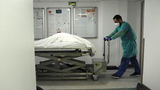Le corps d'un patient mort du Covid-19 transporté vers la chambre funéraire de l'hôpital Jacques-Cartier de Massy (Essonne), le 8 décembre 2020. (PASCAL BACHELET / BSIP / AFP)