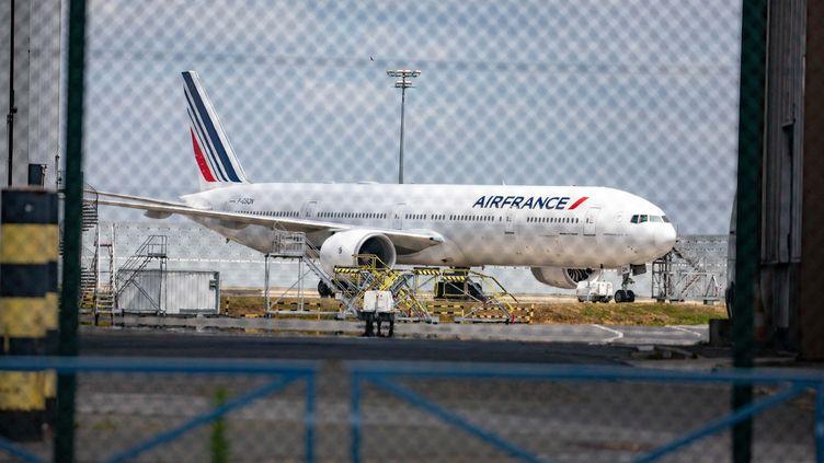 Un avion Air France à l'aéoroport de Roissy. (CHRISTOPHE MORIN / MAXPPP)
