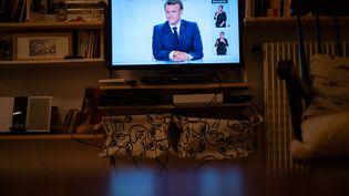 Une télévision diffuse l'interview d'Emmanuel Macron, le 14 octobre 2020. (XOSE BOUZAS / HANS LUCAS / AFP)