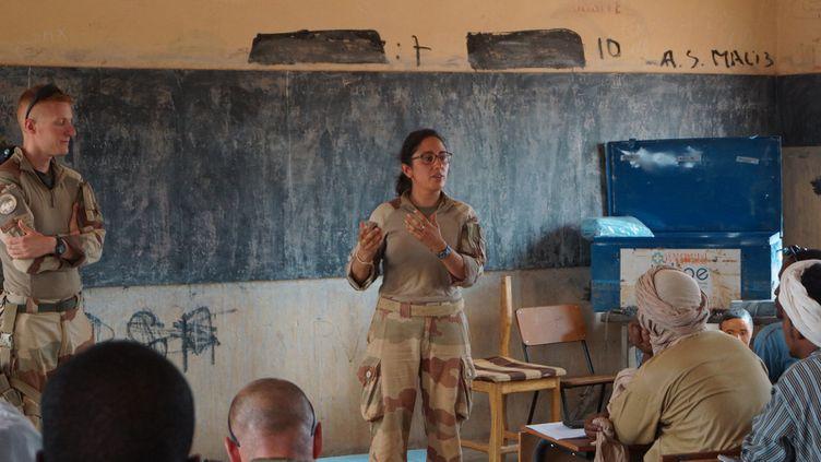 Lorène, médecin du service de santé des armées, devant des étudiants infirmiers de Ménaka au Mali, en mai 2018 (ERIC AUDRA / RADIO FRANCE)