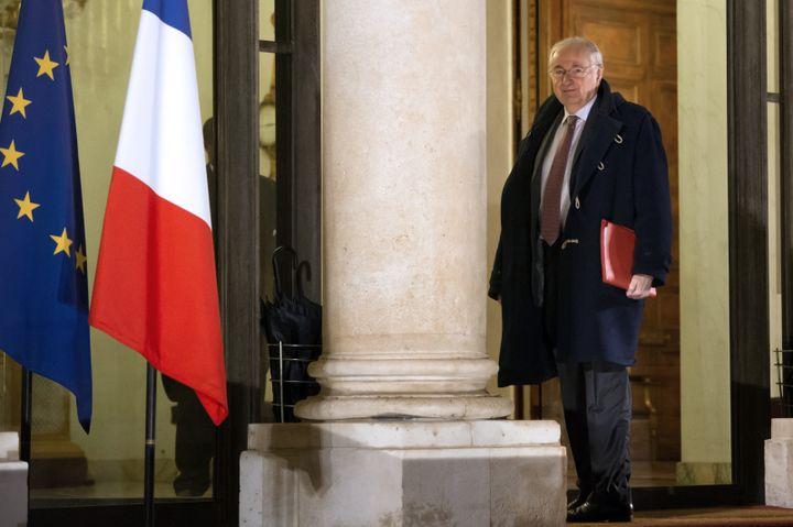 Jacques Cheminade sur le perron de l'Elysée, le 7 décembre 2012. (BERTRAND LANGLOIS / AFP)