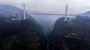 Le Pont Beipanjiang, ici photographié le 29 décembre 2016, culmine à 565 mètres, dans la province du Guizhou, en Chine. (YANG LINHUA / IMAGINECHINA / AFP)