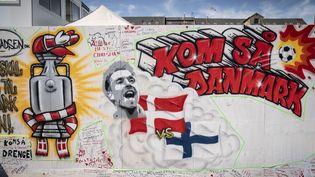 """Un portrait de Christian Eriksen a été dessiné sur les murs du """"Football Village"""" de Copenhague, après son malaise cardiaque sur le terrain du stade en plein match. (MADS CLAUS RASMUSSEN / RITZAU SCANPIX / AFP)"""