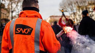 Un agent de la SNCF marche à Perpignan (Pyrénées-Orientales) contre la réforme des retraites, le 10 décembre 2019. (JC MILHET / HANS LUCAS / AFP)