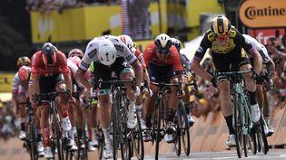 Mike Teunissen (à droite) s'impose d'un boyau au sprint devant Peter Sagan (à gauche) à l'arrivée de la 1re étape du Tour de France 2019, samedi 6 juillet 2019 à Bruxelles. (MARCO BERTORELLO / AFP)