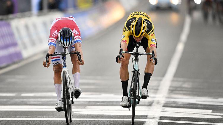 Van der Poel gagne le Touer des Flandres au sprint devant Van Aert (ERIC LALMAND / BELGA)